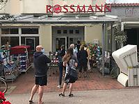 Lange Schlangen vor Rossmann wegen Corona-Hygienekonzept in Wangerooge - Wangerooge 20.07.2020: Flug nach Wangerooge