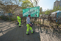 Abbau des Fluechtlingscamp auf dem Oranienplatz.<br /> Am Morgen des 8. April 2014 begannen in Berlin-Kreuzberg die Fluechtlinge mit dem Abbau des Camp auf dem Oranienplatz. Nach fast 2 Jahren wurde eine Loesung fuer die Unterbringung gefunden. Jedoch koennen nicht alle Fluechtlinge in die angebotene Unterkunft und stehen nun vor der Situation, keine Bleibe mehr zu haben. Sie weigerten sich Ihre Unterkuenfte abzureissen, so dass es zum Streit unter den Fluechtlingen kam, die angebotene Unterkunft kann erst bezogen werden, wenn alle Zelte und Huetten abgerissen sind.<br /> Die Stadtreinigung entsorgte die abgerissenen Zelte und Huetten.<br /> Die Polizei war bis in die Mittagsstunden nur in mit wenigen Zivilbeamten vor Ort. Als eine Baufirma auf Anweisung des Bezirks anfing den Platz und die letzten darauf befindlichen Zelte und Menschen einzuzaeunen, enfernten die Menschen den Zaun und unterbanden diese Aktion. Daraufhin sperrte die Polizei sofort mit Einsatzhundertschaften den Platz komplett ab. Es befanden sich zu diesem Zeitpunkt nur noch etwa 100 Menschen dort. Sie versuchten mit einer Sitzblockade die polizeiliche Rauemung zu verhindern, wurden jedoch z.T mit Gewalt vom Platz verbracht. Einige wenige Menschen fluechteten auf einen Baum und weigerten sich herunter zu kommen.<br /> Der Platz wurde sofort nach der Raeumung erneut eingezaeunt.<br /> 8.4.2014, Berlin<br /> Copyright: Christian-Ditsch.de<br /> [Inhaltsveraendernde Manipulation des Fotos nur nach ausdruecklicher Genehmigung des Fotografen. Vereinbarungen ueber Abtretung von Persoenlichkeitsrechten/Model Release der abgebildeten Person/Personen liegen nicht vor. NO MODEL RELEASE! Don't publish without copyright Christian-Ditsch.de, Veroeffentlichung nur mit Fotografennennung, sowie gegen Honorar, MwSt. und Beleg. Konto:, I N G - D i B a, IBAN DE58500105175400192269, BIC INGDDEFFXXX, Kontakt: post@christian-ditsch.de<br /> Urhebervermerk wird gemaess Paragraph 13 UHG verlangt.]