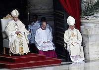 Papa Francesco celebra la messa di Pasqua in Piazza San Pietro, Citta' del Vaticano, 5 aprile 2015.<br /> Pope Francis celebrates the Easter Sunday mass in St. Peter's Square, Vatican, 5 April 2015.<br /> UPDATE IMAGES PRESS/Isabella Bonotto<br /> <br /> STRICTLY ONLY FOR EDITORIAL USE