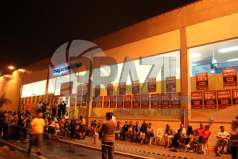 SÃO PAULO, SP, 08 DE JANEIRO DE 2010 - MEGA LIQUIDAÇÃO EM LOJA DE SHOPPING NA ZONA LESTE - A 16ª edição da Liquidação Fantástica do Magazine Luiza, vem gerando filas à alguns dias no Shopping Aricanduva. E nas primeiras horas da manhã desta sexta-feira a loja foi aberta aos consumidores que encheram a loja atrás de bons preços na tradicional liquidação do Magazine Luiza atrás de diversos produtos com descontos de até 70%. Na região leste da capital paulista (FOTO: VANESSA CARVALHO / BRAZIL PHOTO PRESS).