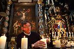 Europa, DEU, Deutschland, Nordrhein Westfalen, NRW, Rheinland, Niederrhein, Kevelaer, Kuester, Kerzenkapelle, Vorbereitung zur Messe, Zuendet Kerzen an, Kevelaer ist ein Wallfahrtsort am Niederrhein. Die Aufnahme zeigt den Kuester Bruder Rainald in der Kerzenkapelle, der eine Pilgermesse fuer eine Pilgergruppe aus Jakarta, Indonesien vorbereitet. Die Kerzenkapelle ist die aelteste Wallfahrtskirche in Kevelaer. Bruder Rainald ist hier zu sehen wie er die Kerzen anzuendet., Kategorien und Themen, Menschen, Mensch, Personen, Person, Menschenfotos, People, Religion, Glaube, Christen, Christentum....[Fuer die Nutzung gelten die jeweils gueltigen Allgemeinen Liefer-und Geschaeftsbedingungen. Nutzung nur gegen Verwendungsmeldung und Nachweis. Download der AGB unter http://www.image-box.com oder werden auf Anfrage zugesendet. Freigabe ist vorher erforderlich. Jede Nutzung des Fotos ist honorarpflichtig gemaess derzeit gueltiger MFM Liste - Kontakt, Uwe Schmid-Fotografie, Duisburg, Tel. (+49).2065.677997, ..archiv@image-box.com, www.image-box.com]