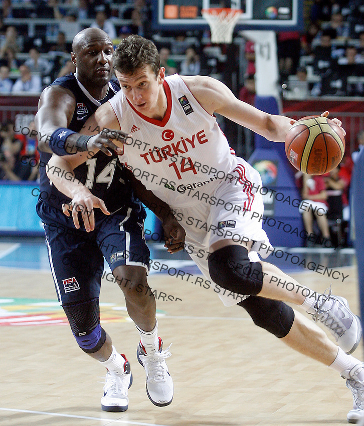 Omer ASIK (Turkey)  passes Lamar ODOM (USA) during the Final World championship basketball match against USA in Istanbul, Turkey-USA, Turkey on Sunday, Sep. 12, 2010. (Novak Djurovic/Starsportphoto.com) .