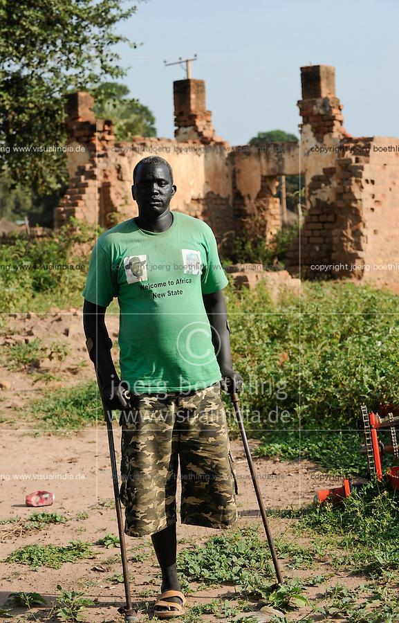 SOUTH SUDAN  Bahr al Ghazal region , Lakes State, town Rumbek , war heros of SPLA in Heroes Center, disabled man with T-shirt with image of president Salva Kir / SUED-SUDAN  Bahr el Ghazal region , Lakes State, Rumbek , ehemalige Kaempfer und Veteranen der SPLA suedsudanesischen Befreiungsarmee im War Heroes Center , Kriegsveteran Abraham Magok