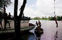Crianças brincam no rio Caetés<br />Bragança-Pará-Brasil.<br /><br />©Foto: Paulo Santos/ Interfoto<br /><br />Negativo Cor 135 Fc20 Nº 8410 T1 F27a