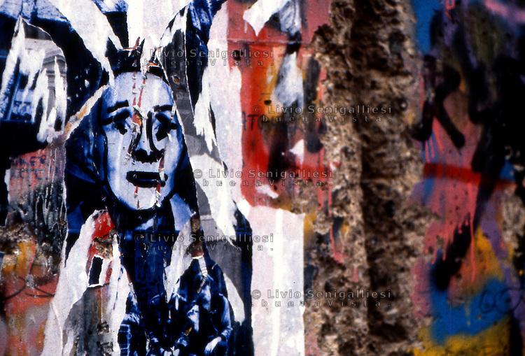 BERLINO / GERMANIA - 20 NOVEMBRE 1989.PARTICOLARE DI UN GRAFFITO SUL MURO NEL QUARTIERE OCCIDENTALE DI KREUZBERG..FOTO LIVIO SENIGALLIESI..BERLIN / GERMANY - 20 NOVEMBER 1989.GRAFFITI ON THE WALL IN THE WEST DISTRICT OF KREUZBERG..PHOTO BY LIVIO SENIGALLIESI