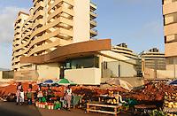ANGOLA Luanda , durch Einnahmen aus Oel und Diamanten Exporten gibt es einen gigantischen Bauboom und Luanda rangiert als einer der teuersten Immobilienplaetze weltweit,  Bau einer Apartment Anlage als gated community - ANGOLA Luanda, due to revenues from oil and diamond exports a construction boom is seen everwhere and the real estate prices are extremely high