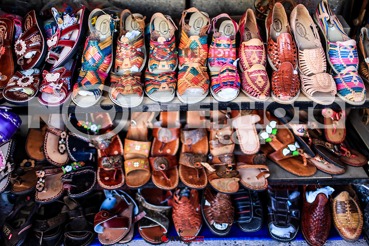 Sales of souvenirs in the tourist destination Puerto Peñasco, Sonora, Mexico. crafts, art, handicrafts, beachwear and accessories, ceramics, sunglasses, Mexican handicrafts, leather guarache, Mexican guarache, sun hat and decorative items. (Photo: Luis Gutierrez /NortePhoto.com)..<br />