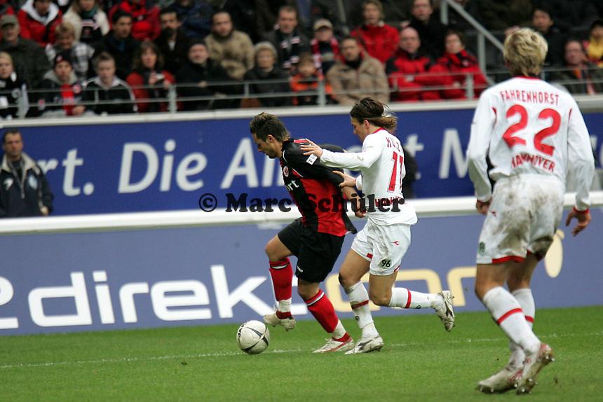 Albert Streit (Eintracht Frankfurt) im Zweikampf mit Szabolcs Hustzi (Hannover 96)