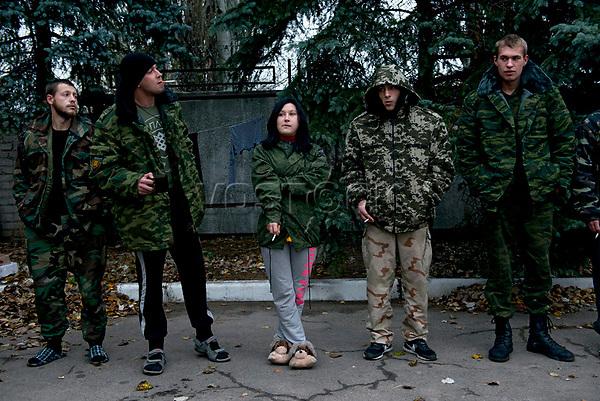 Tanya, Scharfschuetzin der pro-russischen Separatisten, Portrait, Donezk, Ukraine, 10.2014,  19-years old female sniper with her comrade fighters of the DNR (Donetsk People's Republic) Army in the suburb of Donetsk.  ***HIGHRES AUF ANFRAGE*** ***VOE NUR NACH RUECKSPRACHE***