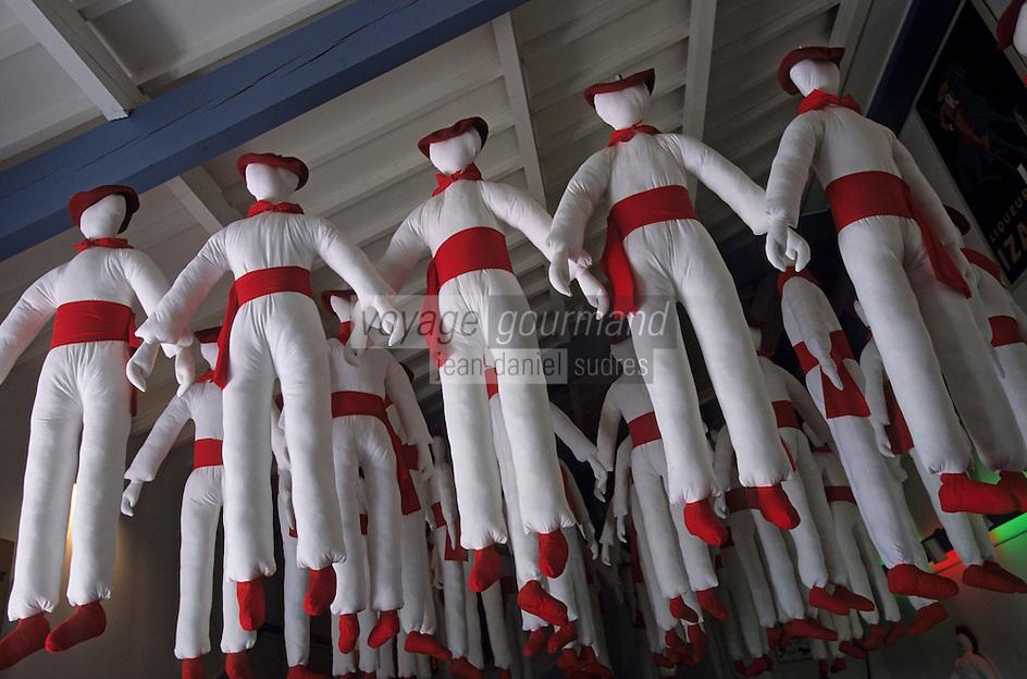 """Europe/France/Aquitaine/64/Pyrénées-Atlantiques/Saint-Jean-de-Luz: Ecomusée de la tradition basque - Détail des costumes basque """"En rouge et blanc"""""""