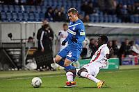 Boris Vukcevic (Hoffenheim) gegen Gibril Sankoh (Augsburg)