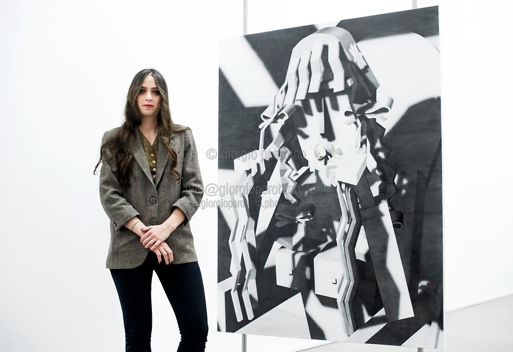 Эвери Сингер на фоне своей работы. Источник Georgio Perottino.