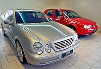 Loja de automoveis blindados Mercedes e Golf. SP. Foto de Juca Martins.