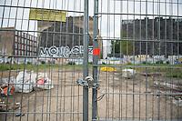 Die Cuvrybrache in Berlin-Kreuzberg.<br /> Auf dem Gelaende soll gegen den Willen der Anwohner ein Einkaufszentrum mit Eigentumswohnungen erbaut werden. Der Senat versucht, dass der Eigentuemer auch sozialen Wohnraum zur Verfuegung stellt.<br /> 2.8.2016, Berlin<br /> Copyright: Christian-Ditsch.de<br /> [Inhaltsveraendernde Manipulation des Fotos nur nach ausdruecklicher Genehmigung des Fotografen. Vereinbarungen ueber Abtretung von Persoenlichkeitsrechten/Model Release der abgebildeten Person/Personen liegen nicht vor. NO MODEL RELEASE! Nur fuer Redaktionelle Zwecke. Don't publish without copyright Christian-Ditsch.de, Veroeffentlichung nur mit Fotografennennung, sowie gegen Honorar, MwSt. und Beleg. Konto: I N G - D i B a, IBAN DE58500105175400192269, BIC INGDDEFFXXX, Kontakt: post@christian-ditsch.de<br /> Bei der Bearbeitung der Dateiinformationen darf die Urheberkennzeichnung in den EXIF- und  IPTC-Daten nicht entfernt werden, diese sind in digitalen Medien nach §95c UrhG rechtlich geschuetzt. Der Urhebervermerk wird gemaess §13 UrhG verlangt.]