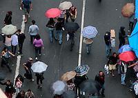 SAO PAULO, 10 DE DEZEMBRO 2011 - 25 DE MARÇO - Mesmo com chuva consumidores realizam compras na região da 25 de Março, maior rua de comércio popular no centro de São Paulo, durante a manhã deste sábado (10), faltando duas semanas para o Natal. FOTO: VANESSA CARVALHO - NEWS FREE.
