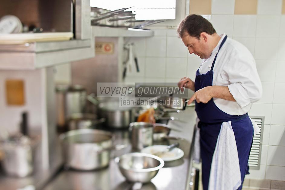 Europe/France/Bretagne/35/ Ille et Vilaine/ Noyal-sur-Vilaine: Sylvain Guillemot Chef de l' Auberge du Pont d'Acigné en cuisine [Non destiné à un usage publicitaire - Not intended for an advertising use]