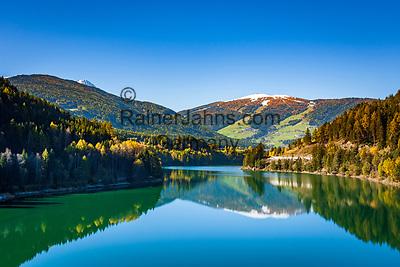 Italien, Suedtirol (Trentino - Alto Adige), der Olanger Stausee (auch Welsberger Stausee, Welsberger See oder Olanger See, italienisch Lago di Valdaora) vor dem 2.275 m hohen Kronplatz, unterhalb des Gipfels liegt Geiselsberg, eine Ortschaft der Gemeinde Olang   Italy, South Tyrol (Trentino - Alto Adige), Lago di Valdaora and Plan de Corones mountain - 2.275 m