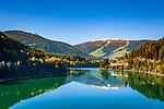 Italien, Suedtirol (Trentino - Alto Adige), der Olanger Stausee (auch Welsberger Stausee, Welsberger See oder Olanger See, italienisch Lago di Valdaora) vor dem 2.275 m hohen Kronplatz, unterhalb des Gipfels liegt Geiselsberg, eine Ortschaft der Gemeinde Olang | Italy, South Tyrol (Trentino - Alto Adige), Lago di Valdaora and Plan de Corones mountain - 2.275 m