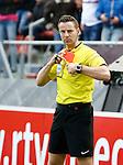 Nederland, Utrecht, 5 april 2015<br /> Eredivisie<br /> Seizoen 2014-2015<br /> FC Utrecht-Ajax (1-1)<br /> Scheidsrechter Pol van Boekel heeft een rode kaart in zijn hand