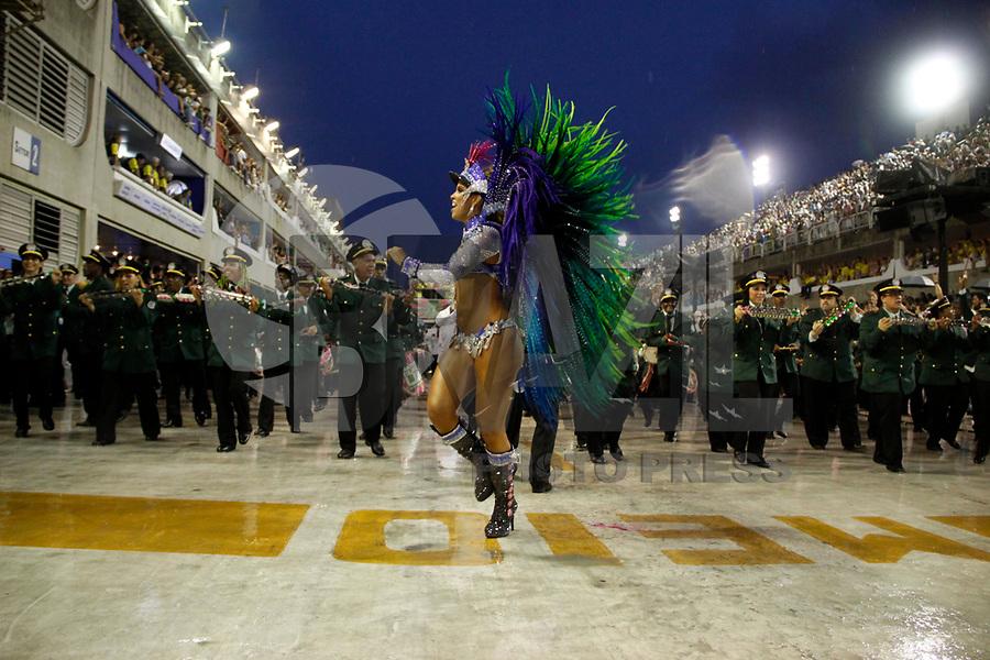 RIO DE JANEIRO, RJ, 07 DE MARÇO DE 2011 - CARNAVAL RJ - MANGUEIRA - A madrinha da bateria  da Mangueira no primeiro dia de Desfile das Escolas de Samba do Grupo Especial do Rio de Janeiro, na Marquês de Sapucaí (Sambódromo), no centro da cidade, na madrugada desta segunda-feira (7). (FOTO: WILLIAM VOLCOV / NEWS FREE).