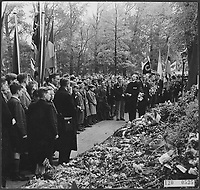 Tribute to the memory of the victims who fell before the attack on Rauter. In the Weteringplantsoen where the murder took place, a delegation of young people puts down flowers Date: May 1945 ,Amsterdam,-Holland