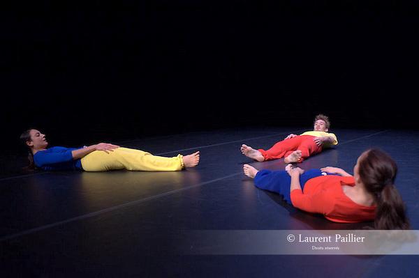 Suite de Jean-Claude GALLOTTA<br /> Prix de l'humour, 1980<br /> Distribution - 1980<br /> Interprètes : Mathilde ALTARAZ, Annie DELICHÈRES, Jean-Claude GALLOTTA<br /> Musique : Modest MUSSORGSKY, dirigée par Herbert VON KARAJAN<br /> Costumes et lumières : Jean-Claude GALLOTTA<br /> Distribution - 2009<br /> Pièce remontée par Jean-Claude GALLOTTA et Mathilde ALTARAZ<br /> Interprètes : Marie BARBOTTIN, Olivier BIORET, Francesca ZIVIANI<br /> 12/2009 au CND de Pantin<br /> © Laurent Paillier<br /> All rights reserved