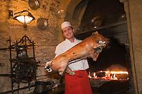 Europe/République Tchèque/Prague: Cuisson du cochon à la broche au Restaurant: U Zlaté Konvice