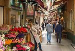 Frankreich, Provence-Alpes-Côte d'Azur, Nizza: Einkaufen in Nizzas Altstadtgassen | France, Provence-Alpes-Côte d'Azur, Nice: shopping in Old Town quarter