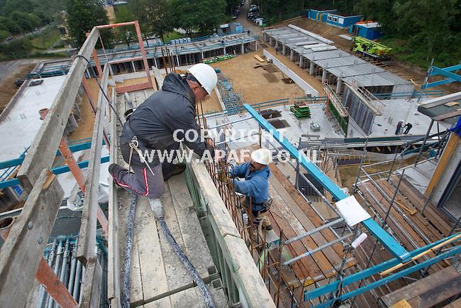 Arnhem 310511  Reinbouw uit Dieren  bouwt in de arnhemse wijk klarendal het poroject Zwaluwpark.<br /> beotvlechters bezig op de bovenste verdieping van het appartementengebouw waar 68 appartementen komen.<br /> <br /> Foto Frans Ypma APA-foto