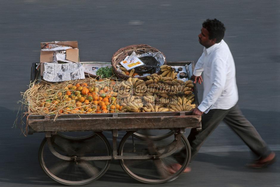 Asie/Inde/Rajasthan/Jaipur: marchand ambulant de fruits, bananes, oranges, marché prés porte Tripolia