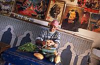 """Afrique/Maghreb/Maroc/Env d'Essaouira/Diabat : Préparation du tagine au café du village """"Chez El Houssine"""" où venait Jimmy Hendrix"""