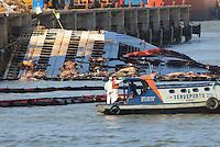 A operação de salvatagem iniciada no Porto de Vila do Conde teve início hoje fazendo a contenção dos animais mortos no naufrágio do navio Haidar no Pará. Até o momento se estima haver 4000 bois dentro do navio. O gado está em decomposição e há 750 toneladas de óleo na água.<br /> Porto de Vila do Conde, Barcarena, Pará, Brasil.<br /> Foto Paulo Santos<br /> 10/10/2015