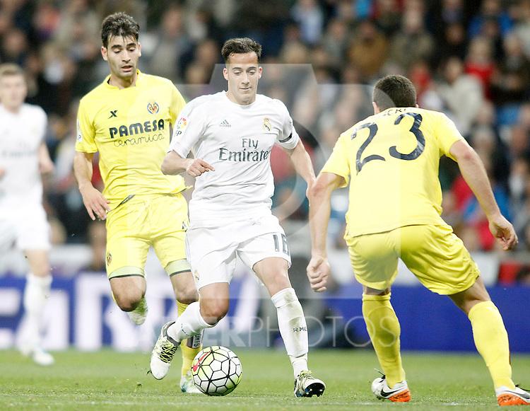 Real Madrid's Lucas Vazquez (c) and Villareal's Manu Trigueros (l) and Daniele Bonera during La Liga match. April 20,2016. (ALTERPHOTOS/Acero)