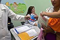 Entrega de remedios em clinica pediatrica.  Manaus.  Amazonas. 2010. Foto de Ricardo Funari.