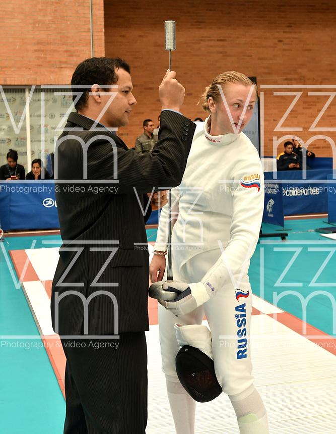 BOGOTA – COLOMBIA – 27 – 05 – 2017: Un juez inspecciona la espada de Tatiana Gudkova (Izq.) de Rusia, durante Damas Mayores Epee del Gran Prix de Espada Bogota 2017, que se realiza en el Centro de Alto Rendimiento en Altura, del 26 al 28 de mayo del presente año en la ciudad de Bogota.  / A judge inspects the sword of Tatiana Gudkova (L) from Russia,  during Senior Women´s Epee of the Grand Prix of Espada Bogota 2017, that takes place in the Center of High Performance in Height, from the 26 to the 28 of May of the present year in The city of Bogota.  / Photo: VizzorImage / Luis Ramirez / Staff.