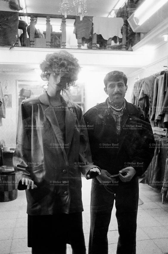 Iraq. Baghdad. Karrada Street. A shop sells women clothes. Dummies in a show-window and a salesman. 22.02.04 © 2004 Didier Ruef