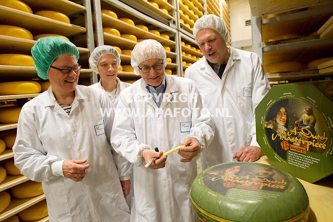 Steenderen, 080312<br /> De lekkerste kaas ter wereld is de Vermeer van FieslandCampine.  Piet Nederhoed, keurt een stuk van de kaas, tussen de werknemers en de kazen.<br /> Foto: Sjef Prins - APA Foto