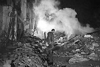 - results of the launch of an Iraqui Scud missile on a suburban district of tel Aviv during the Gulf War of 1991 ....- gli effetti del lancio di un missile iracheno Scud in un quartiere periferico di tel Aviv durante la guerra del golfo del 1991