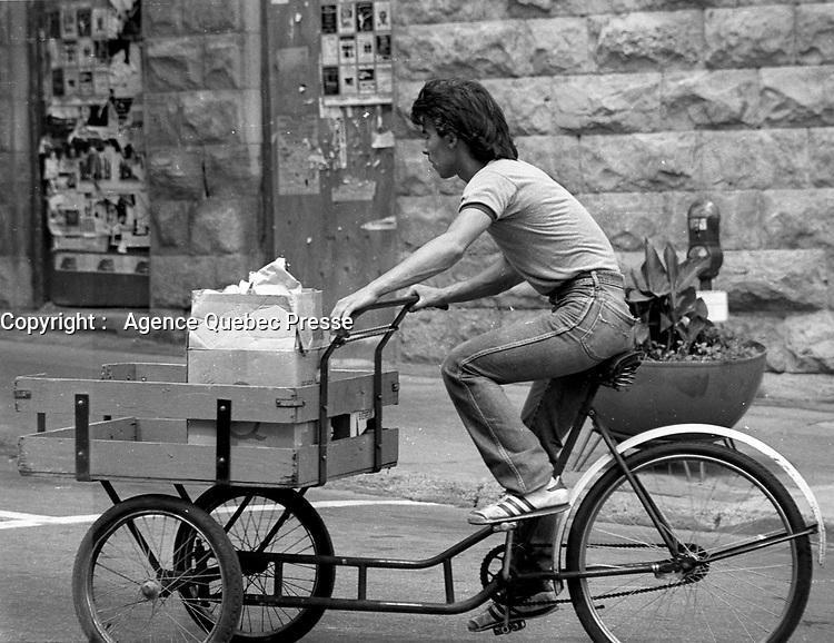 Scenes de rue en 1983 - livreur de depanneur en velo<br /> <br /> <br /> PHOTO : Pierre Roussel -  Agence Quebec Presse
