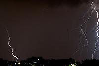 SÃO PAULO, SP, 10.01.2019: Raios em SP: São Paulo é uma das cidades com maior incidência de raios no Brasil, o estado é o maior em número de mortes.  No destaque vista de raios na noite desta quinta - feira (10),  no bairro de Perus zona noroeste da cidade de São Paulo SP . (Foto: Roberto Costa /Código 19).