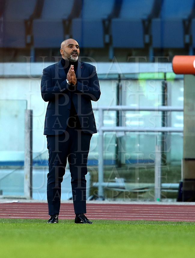 Football, Serie A: AS Roma - Parma, Olympic stadium, Rome, November 22, 2020. <br /> Parma's coach Fabio Liverani speaks to his players during the Italian Serie A football match between Roma and Parma at Rome's Olympic stadium, on November 22, 2020. <br /> UPDATE IMAGES PRESS/Isabella Bonotto