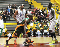 BOGOTA - COLOMBIA: 13-09-2013: Rafael Gomez (Izq.) de Piratas de Bogotá, disputa el balón con Jermain Watson (Der.) de Caribbean Heat , septiembre 13 de 2013. Piratas de Bogota y Caribbean Heat  disputaron partido de la fecha 13 de la fase I de la Liga Directv Profesional de Baloncesto 2 en partido jugado en el Coliseo El Salitre. (Foto: VizzorImage / Luis Ramirez / Staff). Rafael Gomez (L) of Pirates from Bogota disputes the ball with Jermain Watson (R) from Caribbean Heat , September 13, 2013. Piratas from Bogota and Caribbean Heat  disputed a match for the 13 date of the Fase II of the League of Professional Directv Basketball 2 game at the Coliseo El Salitre. (Photo. VizzorImage / Luis Ramirez / Staff)