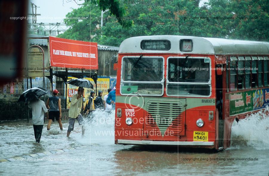 INDIA, Mumbai, Bombay, heavy monsoon rains flood the streets / INDIEN, Mumbai, schwere Monsun Regen ueberfluten die Strassen