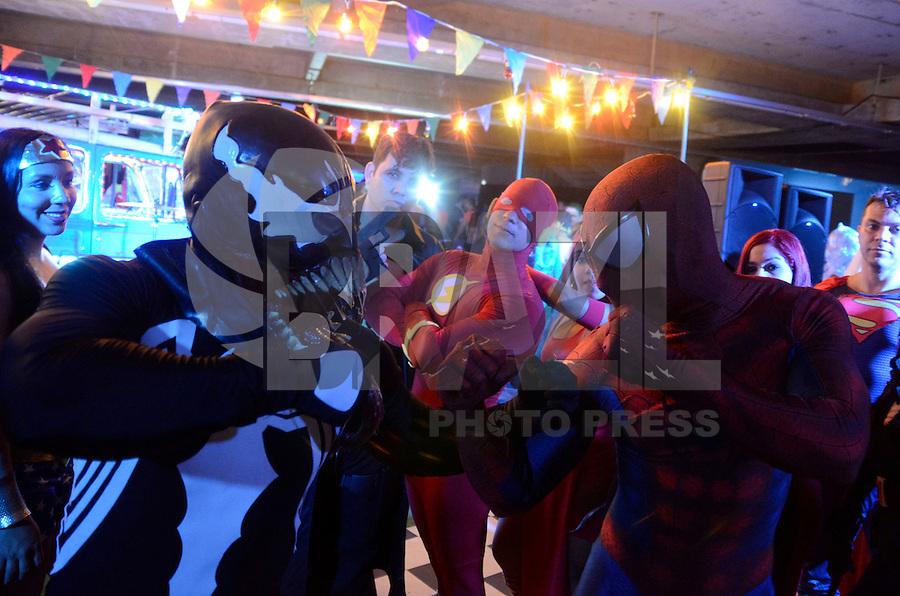 Olinda, PE, 31.010.2016 - CARNAVAL-PE - Durante a noite deste sábado para o domingo (31), centenas de foliões se fantasiam dos seus super-heróis favoritos, no Centro de Convenções de Olinda (PE) na prévia carnavalesca do Bloco Enquanto Isso na Sala Da Justiça,um dos blocos mais tradicionais do carnaval Pernambucano. O governo do Estado estimou que, durante o carnaval de 2016, cerca de 800 mil turistas visitarão o estado, mesmo diante do número de casos de dengue. (Foto: Diego Herculano / Brazil Photo Press)