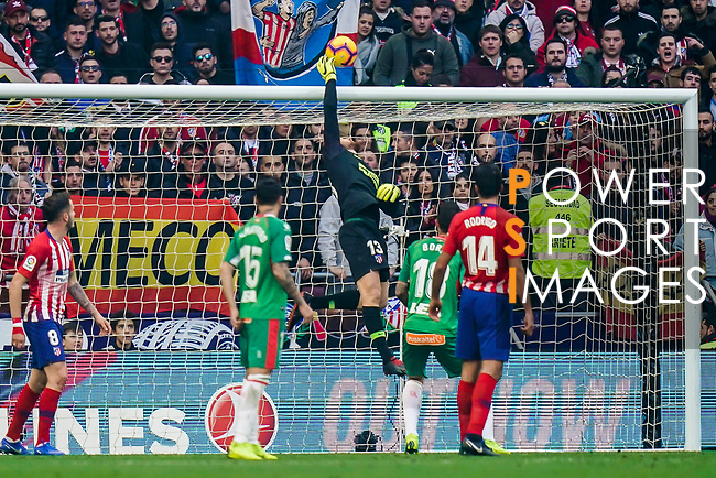 Goalkeeper Jan Oblak of Atletico de Madrid saves the ball during the La Liga 2018-19 match between Atletico de Madrid and Deportivo Alaves at Wanda Metropolitano on December 08 2018 in Madrid, Spain. Photo by Diego Souto / Power Sport Images