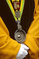 Europe/France/89/Yonne/env de Chablis: Lors de la Chichée de la Saint Vincent dans le vignoble de Chablis AOC détail de la tenue d'un membre de la confrérie