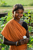 INDIA Odisha, village Kodesu, fairtrade cotton farmers of Agrocel near Rayagada / INDIEN Orissa Raygada, fairtrade Baumwollbauern von Agrocel, Dorf Kodesu, Farmerin Meneka Bidiki 23 Jahre