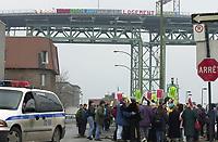 CD47 FRAPRU FRONT D'ACTION POPULAIRE EN REAMENAGEMENT URBAIN<br /> PHOTO JACQUES NADEAU LE DEVOIR<br /> 23 NOV. 2002 P.A-5<br /> JOURNEE CANADIENNE SUR LE LOGEMENT<br /> MANIFESTATION SOUS ET BANNIERE SUR LE PONT JACQUES-CARTIER AFFICHE