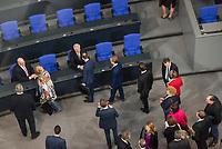19. Sitzung des Deutschen Bundestag am Mittwoch den 14. Maerz 2018.<br /> Nachdem Angela Merkel zum vierten Mal in Folge zur Bundeskanzlerin gewaehlt wurde, kamen nach ihrer Ernennung durch den Bundespraesidenten die neuen Ministerinnen und Minster in den Bundestag.<br /> Im Bild: Abgeordnete defilieren an Peter Altmaier, Bundesminister fuer Wirtschaft und Energie (links) und Horst Seehofer, Bundesminister des Inneren, Bau und Heimat (rechts), vorbei um ihnen zu gratulieren.<br /> 14.3.2018, Berlin<br /> Copyright: Christian-Ditsch.de<br /> [Inhaltsveraendernde Manipulation des Fotos nur nach ausdruecklicher Genehmigung des Fotografen. Vereinbarungen ueber Abtretung von Persoenlichkeitsrechten/Model Release der abgebildeten Person/Personen liegen nicht vor. NO MODEL RELEASE! Nur fuer Redaktionelle Zwecke. Don't publish without copyright Christian-Ditsch.de, Veroeffentlichung nur mit Fotografennennung, sowie gegen Honorar, MwSt. und Beleg. Konto: I N G - D i B a, IBAN DE58500105175400192269, BIC INGDDEFFXXX, Kontakt: post@christian-ditsch.de<br /> Bei der Bearbeitung der Dateiinformationen darf die Urheberkennzeichnung in den EXIF- und  IPTC-Daten nicht entfernt werden, diese sind in digitalen Medien nach §95c UrhG rechtlich geschuetzt. Der Urhebervermerk wird gemaess §13 UrhG verlangt.]
