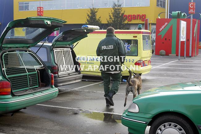 duiven 041202 ook bij ikea duiven werd bomalarm gegeven. en werd de totale winkel gesloten. Bij gebrek aan nederlandse politiehonden kwamen er 5 duitse honden met personeel van de grenzschutspolizei. Om 12 uur was er nog niets gevonden.<br />foto frans ypma APA-foto